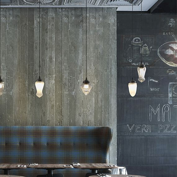 Подвесной светильник в стиле винтаж эффектно смотрится в группе. Отделка – старинный металл. Стеклянный купол можно заказать матовым (MT) или прозрачным (TR). Доступен в трех разных размерах. См. рисунок ниже.